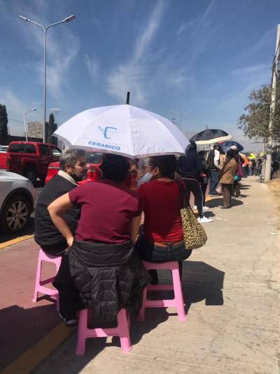 Paciencia, rezos y sol en la cola de la vacuna en Tonantzintla / VIDEO